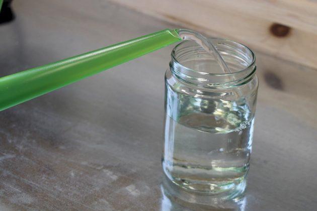 Wasserglas mit Wasser füllen